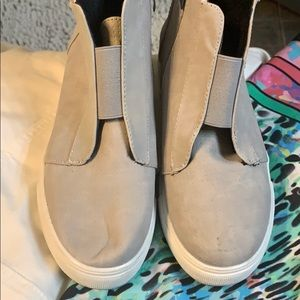 SOFT GRAY HIDDEN WEDGE TENNYS ARE IN MINT COND'N
